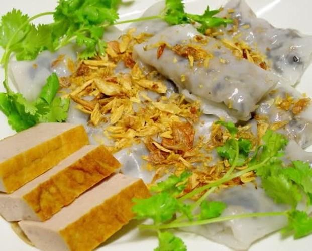 Bánh cuốn: Có xuất xứ từ miền Bắc, bánh cuốn là món ăn vặt Sài Gòn không chỉ ngon miệng mà đứng nhìn cách làm cũng rất thú vị. Tại miền Nam, bánh cuốn còn được gọi là bánh ướt và ăn với giò lụa chứ không ăn với chả rán hoặc chả quế như miền Bắc.