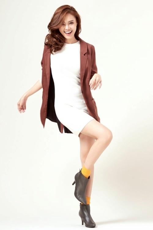 Váy trắng tối giản kết hợp cùng vest khoác ngoài là gợi ý cho những cô nàng yêu thích sự giản dị.
