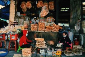 Quầy bánh tráng của cô Bông với trăm loại bánh khác nhau.