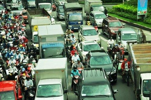"""Xe máy """"chêm"""" vào những khoảng trống hiếm hoi giữa các ô tô"""