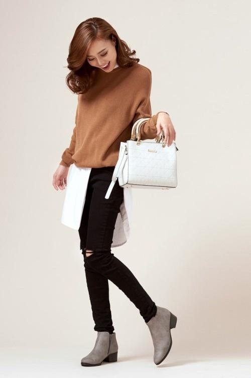 Vẻ sành điệu của nữ diễn viên trong set đồ gồm sơ mi trắng phối áo len, quần jean rách và túi hình vuông.