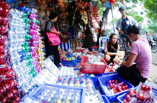 Vào mỗi dịp Giáng Sinh sắp đến, đường Hải Thượng Lãn Ông (Q.5, TP.HCM) luôn là điểm đến của nhiều người trong việc mua sắm đồ trang trí Noel.