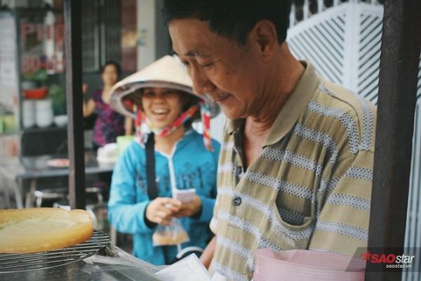 Niềm vui lan sang tận mẹ nó - người phụ nữ nghèo tảo tần giữa sài Gòn sáng nay.