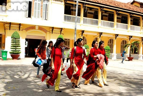 Những cô nữ sinh trường Đại học Sài Gòn dịu dàng trong tà áo dài đỏ thắm