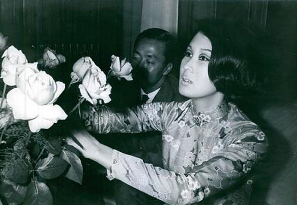 Đặng Tuyết Mai bên những đóa hồng do ông Nguyễn Cao Kỳ tặng