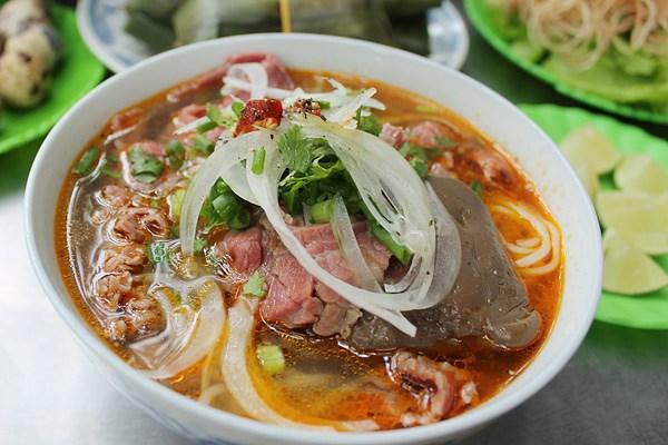 Bún bò Huế: Món ăn có xuất xứ từ xứ cung đình xưa gồm có bún, thịt bò và nước dùng thơm mùi xả, mắm ruốc.
