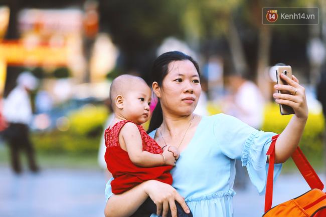 Hai mẹ con cùng selfie tại công viên đối diện Nhà thờ Đức Bà.