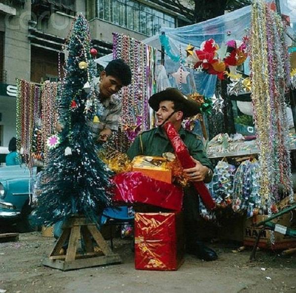 Một lính Australia mua sắm đồ Giáng sinh ở Sài Gòn năm 1966.