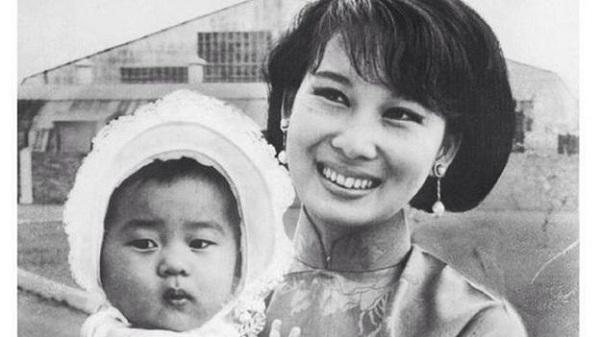 Nguyễn Cao Kỳ Duyên lúc bé cùng mẹ