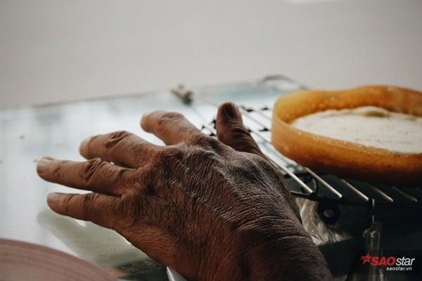 Đôi bàn tay của người nghệ nhân làm bánh.