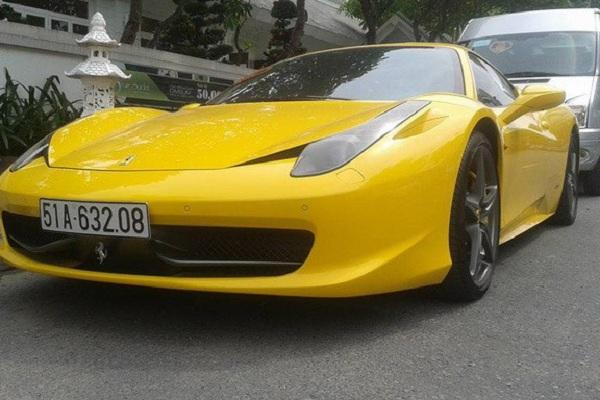 Xuất hiện nổi bật trong đoàn xe đón dâu, Ferrari 458 Italia sở hữu màu ngoại thất vàng chói lóa bắt mắt. Được biết, để tậu được Ferrari 458 Italia, bạn phải bỏ ra số tiền không dưới 750.000 USD (khoảng 15,6 tỷ đồng), trong khi mức giá dành cho phiên bản này tại thị trường Mỹ vào khoảng 300.000 USD.