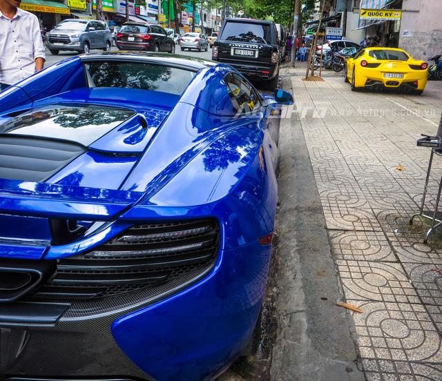 """Trong đó người sở hữu siêu xe mui trần màu xanh dương không còn xa lạ với giới mê xe với biệt danh Minh """"Nhựa""""."""