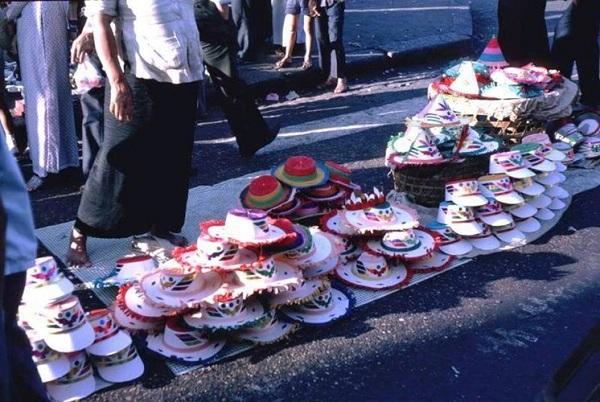 Mũ Giáng Sinh nhiều màu sắc được bày bán khắp nơi