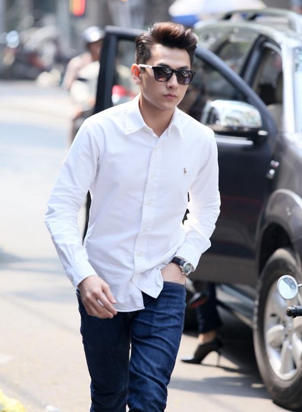 Kết hợp cùng quần jeans xanh và bỏ áo ra khỏi thùng lại khiến Isaac toát lên vẻ phong trần, lãng tử.