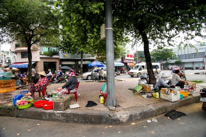 Nằm ở bên hông Thuận Kiều Plaza, hàng ngày có khoảng 10 người thường xuyên bày biện sâu bọ ra bán. Mỗi ngày từ sáng đến chiều đều có người lui tới mua về cho chim ăn.