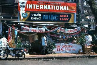 Một cửa hàng bán đồ Giáng Sinh ở Sai Gòn