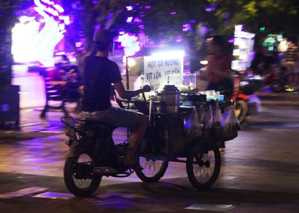 Thậm chí, nhiều người bán hàng rong phóng xe vun vút giữa phố đi bộ, liên tục luồn lách ngang dọc qua các dòng người để mời chào mua hàng hóa.