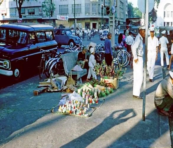 Góc đường Lê Lợi bày bán nhiều đồ Giáng Sinh, 1964.