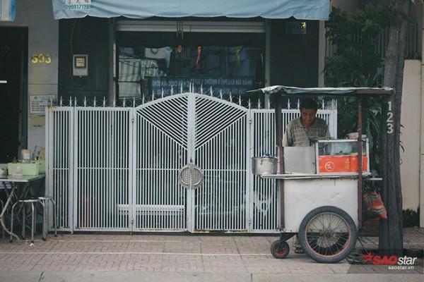 Người đàn ông âm thầm nhìn Sài Gòn trôi bình lặng từ góc đường của riêng mình…