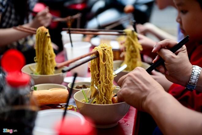 Ngoài cách bày trí lạ, món ăn cũng hấp dẫn thực khách với sợi mì dai, gà chiên ăn kèm cùng mức giá bình dân (từ 40.000-70.000 đồng). Ảnh: Tùng Tin.