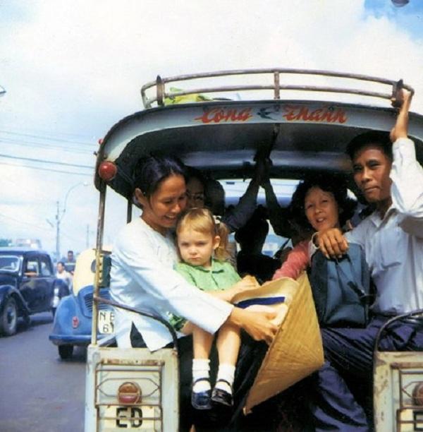 Bé gái con lai Việt - Mỹ trên chuyến xe lam.