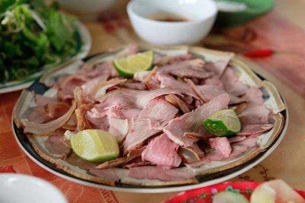 Bê thui: Món ăn dành cho những dịp lễ này thường được chế biến từ bê nguyên con sau đó thái miếng, khi ăn cuốn với rau sống, khế, chuối xanh rồi chấm với tương.