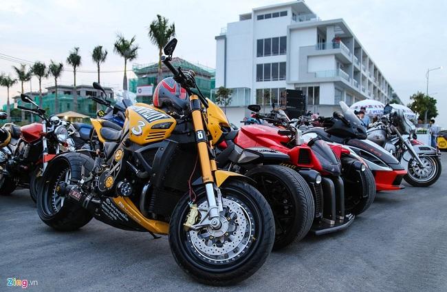 Chiếc B-King khác cũng độ mặt kiểu Transformer nhưng sơn màu vàng nổi bật. Mẫu xe này cũng độ bánh béo và nhiều món đồ chơi lạ mắt. B-King sử dụng động cơ I4 DOHC dung tích 1.340cc, công suất cực đại 160 mã lực tại vòng tua máy 9.200 vòng/phút.