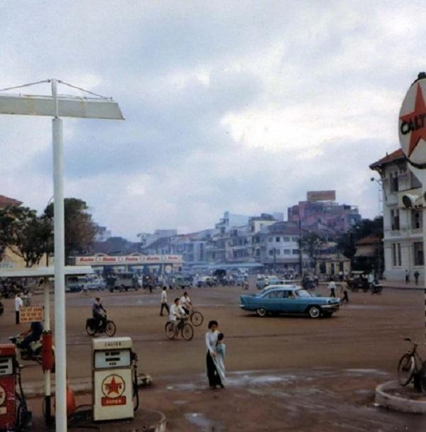 Cây xăng Caltex ở vòng xoay trước chợ Bến Thành.
