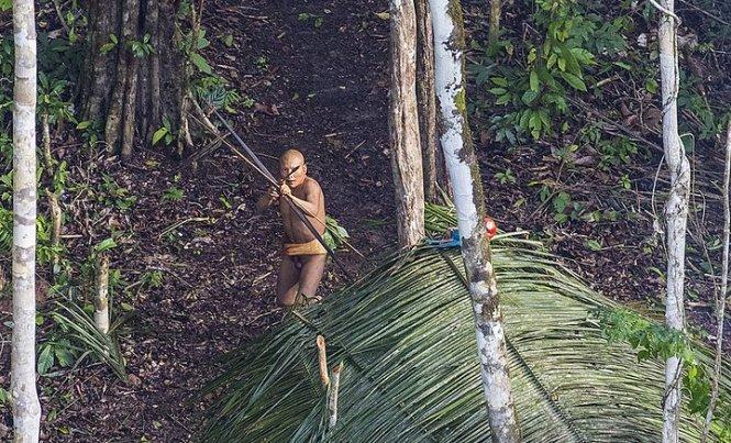 Một thành viên bộ lạc phát hiện chiếc trực thăng và muốn bắn hạ nó - Ảnh: Ricardo Stuckert