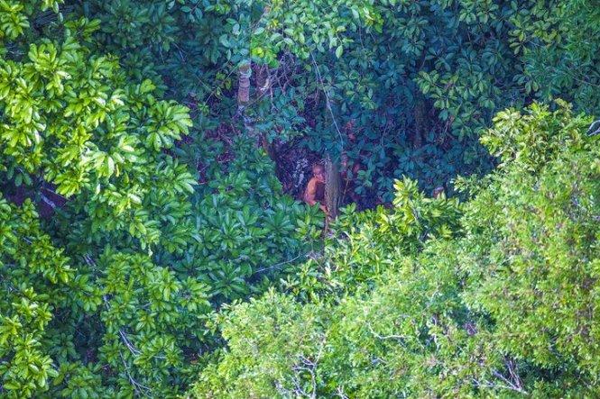 Họ tò mò nhìn về phía chiếc trực thăng - Ảnh: Ricardo Stuckert