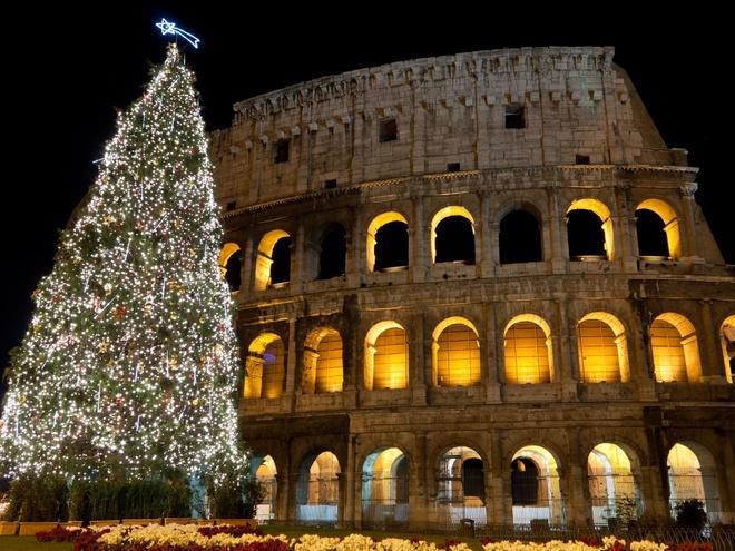 Rome, Italy Khung cảnh về đêm ở Rome vốn lộng lẫy nhờ đèn chiếu sáng của đấu trường La Mã Colosseum, nay càng thêm hấp dẫn với cây thông Noel cao và được trang hoàng rực rỡ.