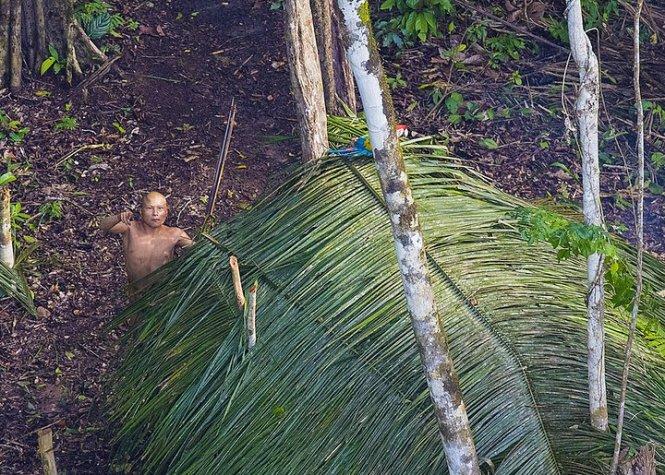 Một người đàn ông chỉ trỏ chiếc trực thăng - Ảnh: Ricardo Stuckert