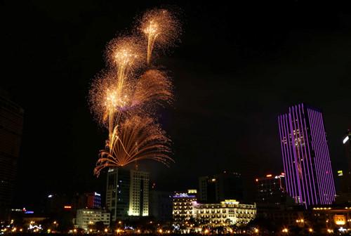 Màn pháo hoa từ tòa nhà Bitexco cao nhất Sài Gòn - Ảnh: Độc Lập
