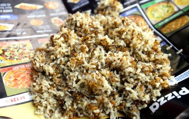 Món hàng đắt nhất ở chợ sâu bọ là trứng kiến, món ăn ưa thích của các loài chim họa mi, chào mào, chòe lửa… Chỉ một bụm tay có giá 30.000 đồng.