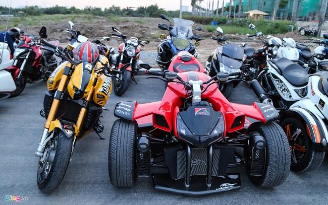Chiếc xe 3 bánh của hãng độ Lazareth hàng hiếm tại Việt Nam. Sản phẩm này được hãng độ Pháp thực hiện dựa trên siêu môtô Yamaha R1. Tuy nhiên hầu như toàn bộ chi tiết trên xe đều được thiết kế lại nên khó nhận ra xe nguyên mẫu.