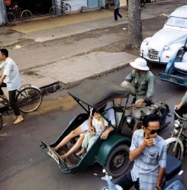 Một góc phố với đủ mọi phương tiện giao thông: Xe đạp, xe máy, xích lô máy, xe hơi...