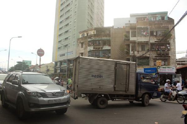 """Không chỉ có xe máy, xe ô tô cũng cố tình """"ngó lơ"""" bảng cấm để băng ngang đường. ẢNH: VŨ PHƯỢNG"""