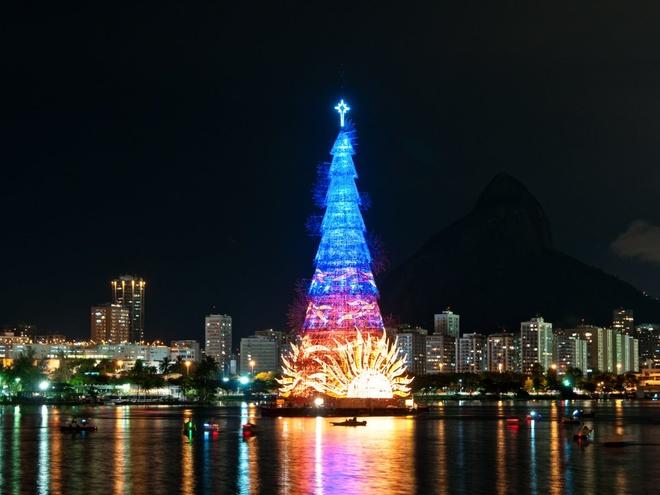 Rio de Janeiro, Brazil Cây thông cao 85 m bằng khung kim loại được dựng nổi trên đầm Rodrigo de Freitas lập kỷ lục Guinness là cây nổi lớn nhất thế giới. Đèn màu sẽ được thắp sáng trên cây vào mỗi tối trong suốt kỳ Giáng sinh. Đây cũng là nơi thành phố Rio de Janeiro tổ chức bắn pháo hoa mừng năm mới.
