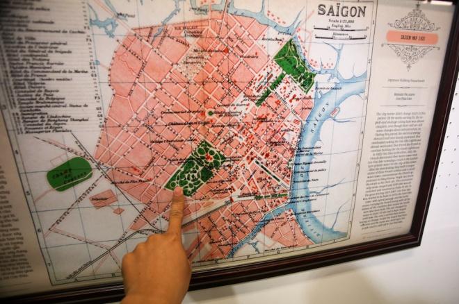 Bản đồ năm 1920, lúc này người Pháp đã quy hoạch thành phố bên bờ sông Sài Gòn, với trung tâm chủ yếu là khu vực quận 1 ngày nay. Lúc này một vài con đường lớn như Catinat (hiện là đường Đồng Khởi), Bonnard (Lê Lợi), Charner (Nguyễn Huệ), De la Somme (Hàm Nghi), Norodom (Lê Duẩn), chợ Bến Thành, nhà thờ Đức Bà, dinh Norodom... đã hình thành.