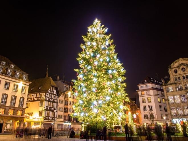 Strasbourg, Pháp Khu chợ Giáng sinh đầu tiên ở Strasbourg được cho là tổ chức vào năm 1570. Người dân nơi đây đã tổ chức lễ hội lớn nhất năm này tại quảng trường trung tâm kể từ đó và không thể thiếu cây thông Noel.