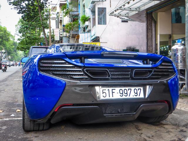"""McLaren 650S Spider màu xanh dương xuất hiện tại Việt Nam vào cuối tháng 7 năm nay. Hai tháng sau đó, chiếc siêu xe mui trần được đại gia Minh """"Nhựa"""" rước về garage cùng với hàng độc Lamborrghini Aventador LP750-4 SV màu xanh dương """"tông xuyệt tông""""."""