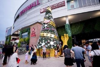 Bia Sài Gòn dành tặng mọi người 1 thiên thần đẹp lung linh bên cây thông Giáng Sinh