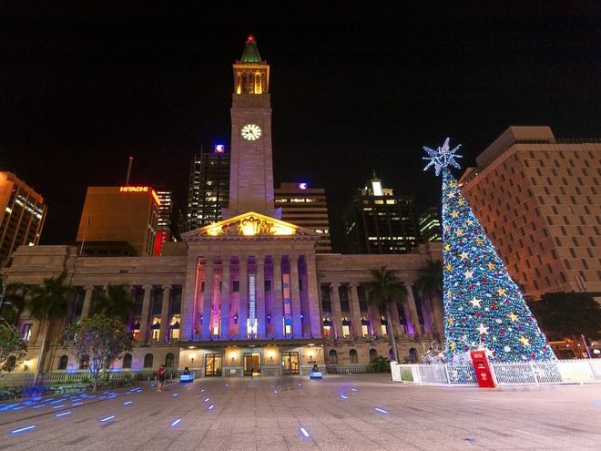 Brisbane, Australia Tháng 12 là thời điểm Brisbane bừng lên sức sống khi chương trình ánh sáng ở tòa thị chính được lắp đặt. Năm nay, dự án trình diễn ánh sáng 3D kỳ ảo Nutcraker tô thêm sắc màu cho tòa thị chính và ngay cạnh đó là cây thông Noel cao gần 20 m.