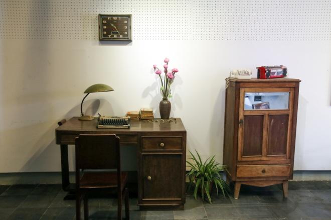 """Ngoài bản đồ, nhóm bạn còn dành một không gian trưng bày những đồ dùng quen thuộc một thời gắn bó với người Sài Gòn như: chiếc bàn, tủ, đài radio, điện thoại... """"Chúng tôi đã nhờ những bậc cao niên tư vấn cách bài trí, sắp xếp sao cho đúng kiểu ngày xưa"""", Viết Tuấn nói."""