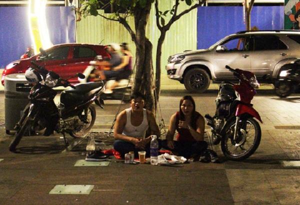 Nhiều nhóm người còn mua bia rượu ra phố đi bộ để tụ tập ăn nhậu, hò reo gây mất mỹ quan đô thị.