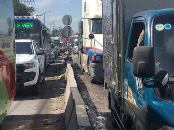 Đường xuống cấp gây ùn tắc giao thông ảnh hưởng đến hoạt động kinh doanh vận tải hàng hóa, nhất là tháng cao điểm cuối năm