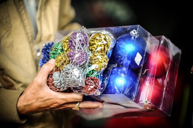 """Theo chị Ngân, chủ một cửa hàng cho biết: """"Những quả châu trang trí Giáng Sinh năm nay bán chạy nhất là loại châu lớn, có giá thành khoảng 100.000đ/ gói """"."""