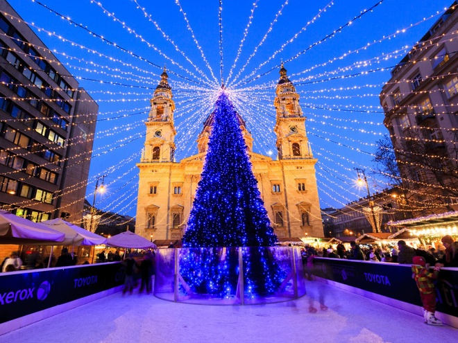 Budapest, Hungary Vào mỗi mùa Giáng sinh, khi cây thông được dựng trước nhà thờ St. Steven Basilica, nơi đây lại thu hút khoảng 700.000 du khách tham quan.