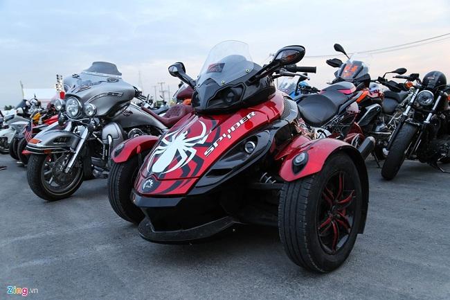 Can-Am Spyder, mẫu xe ba bánh của hãng sản xuất Canada được chủ xe dán decal nhện hầm hố, nhiều chi tiết ốp sợi carbon. Mẫu xe này dùng động cơ Rotax V-Twin 998cc, sức mạnh 100 mã lực và mô-men xoắn cực đại 108 Nm.