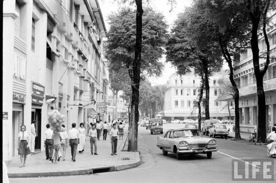 Quang cảnh trên đường Tự Do, nay là đường Đồng Khởi, vào năm 1961. Ảnh tạp chí Life.